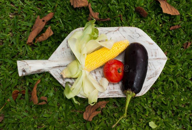 Фрукты и овощи на деревянном разрешении стоковое фото rf