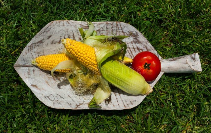 Фрукты и овощи на деревянном разрешении стоковое изображение