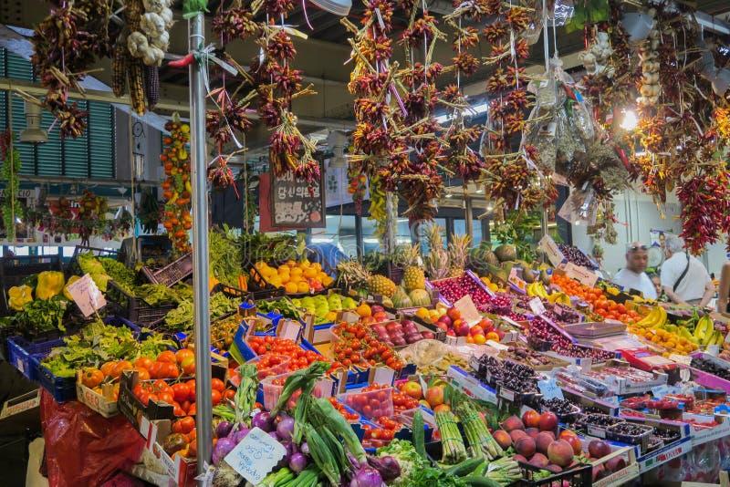 Фрукты и овощи на продовольственном рынке в Firenze Флоренс внутри стоковые фото