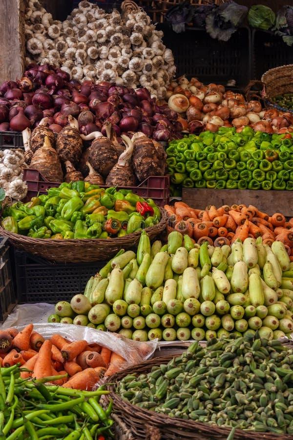Фрукты и овощи на рынке стоковые изображения rf