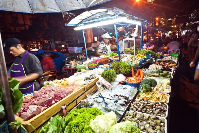Фрукты и овощи на Nightmarket на дороге Sukhumvit в Бангкоке, Таиланде стоковые изображения rf