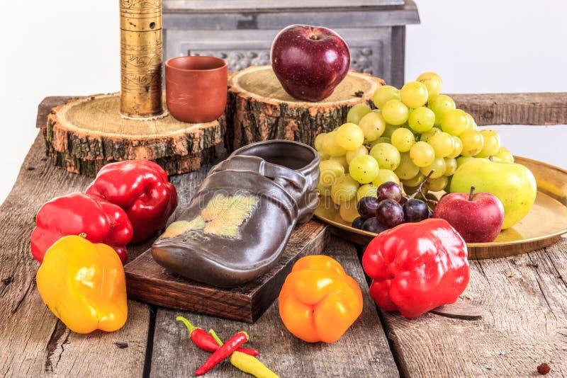 Фрукт и овощ на старом деревянном столе стоковые изображения