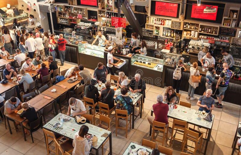 Фуд-корт вполне людей есть внутри рынка города Mercato Centrale стоковое фото