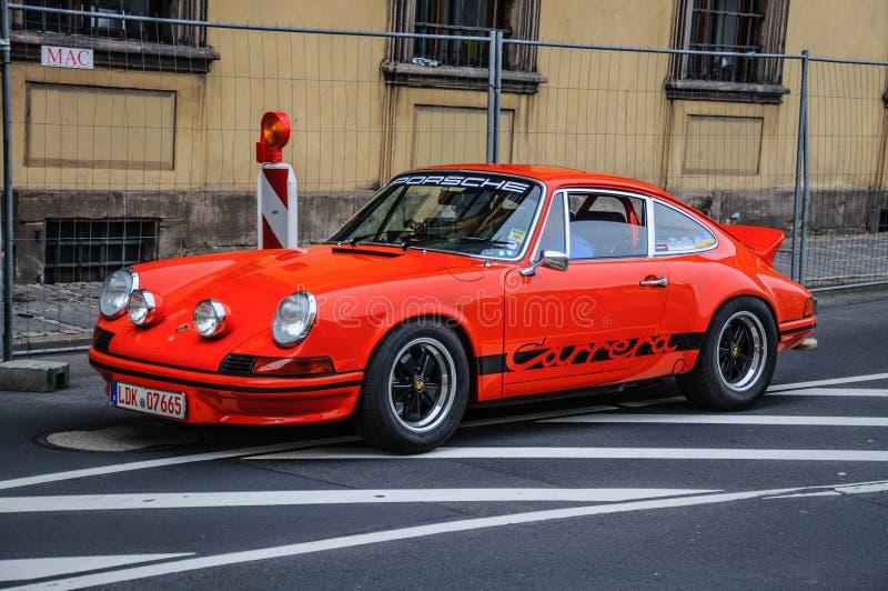 ФУЛЬДА, ГЕРМАНИЯ - MAI 2013: Автомобиль Порше 911 930 Carrera ретро дальше стоковые изображения