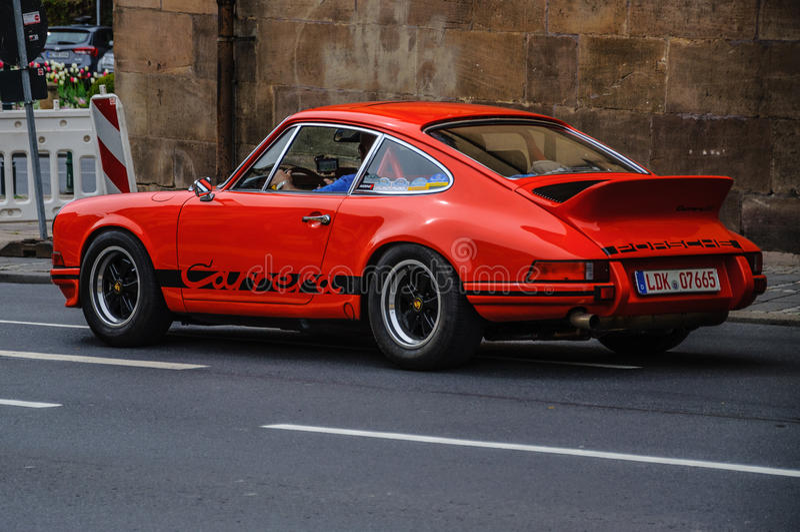 ФУЛЬДА, ГЕРМАНИЯ - MAI 2013: Автомобиль Порше 911 930 Carrera ретро дальше стоковые фото