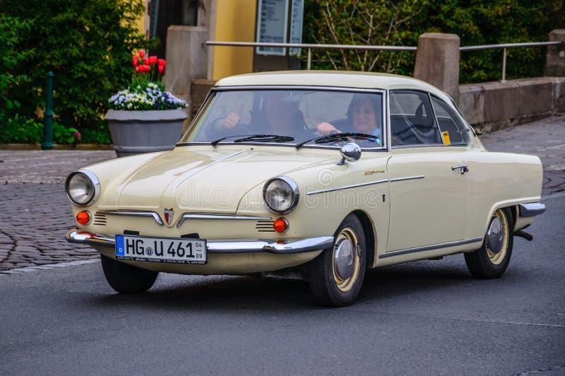 ФУЛЬДА, ГЕРМАНИЯ - MAI 2013: Автомобиль coupe Prinz спорта NSU ретро на мамах стоковые фотографии rf