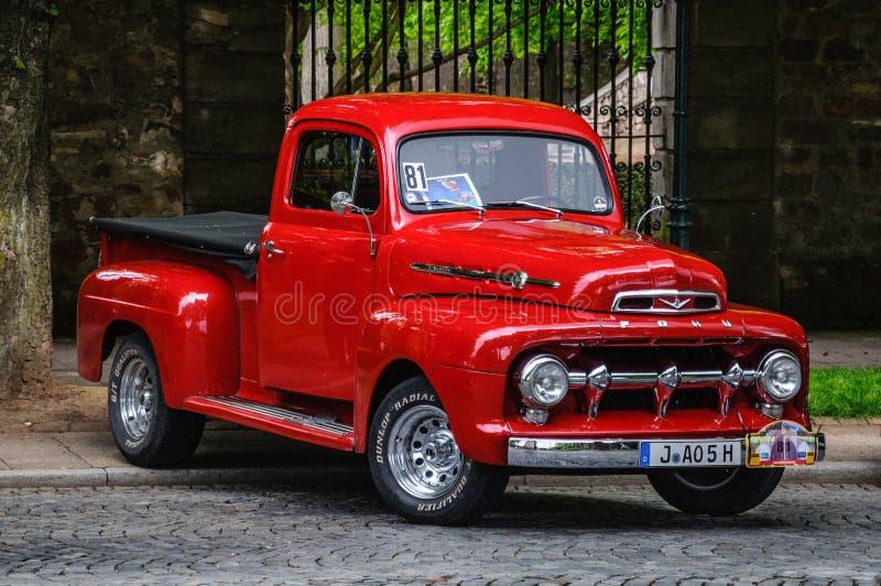 ФУЛЬДА, ГЕРМАНИЯ - MAI 2013: Форд f 100 Pick-up ретро автомобиль на Mai 9 стоковое фото