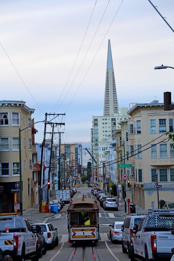 Фуникулеры Сан-Франциско на улице в САН-ФРАНЦИСКО КАЛИФОРНИЯ, стоковая фотография