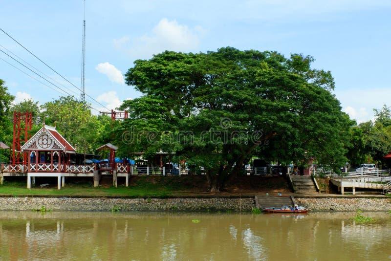 Фуникулер который пересекает реку стоковое фото rf