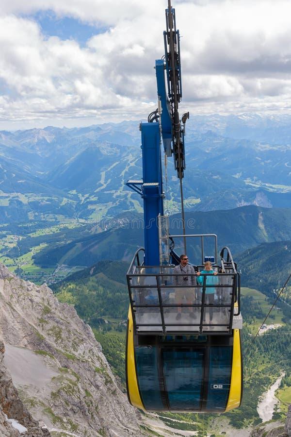 Фуникулер причаливая австрийской станции горы ледника Dachstein стоковая фотография