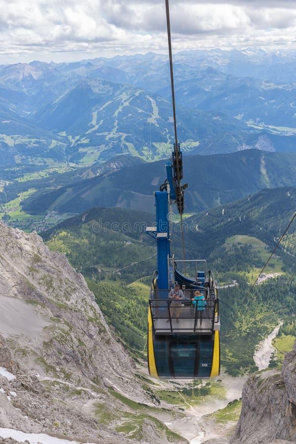 Фуникулер причаливая австрийской станции горы ледника Dachstein стоковое изображение
