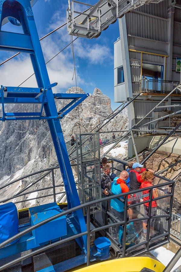 Фуникулер причаливая австрийскому stattion горы ледника Dachstein стоковые фотографии rf