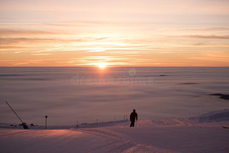 Фуникулярные подъемы/подъемы железной дороги кабеля Розовый заход солнца na górze горы Идет снег совсем вокруг, красота лыжного к стоковое фото