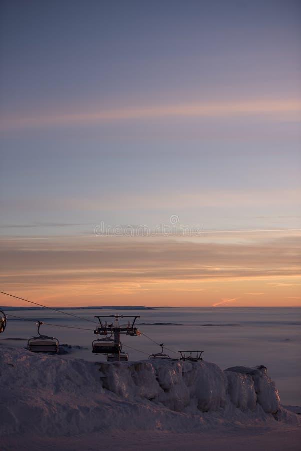 Фуникулярные подъемы/подъемы железной дороги кабеля Розовый заход солнца na górze горы Идет снег совсем вокруг, красота лыжного к стоковые изображения