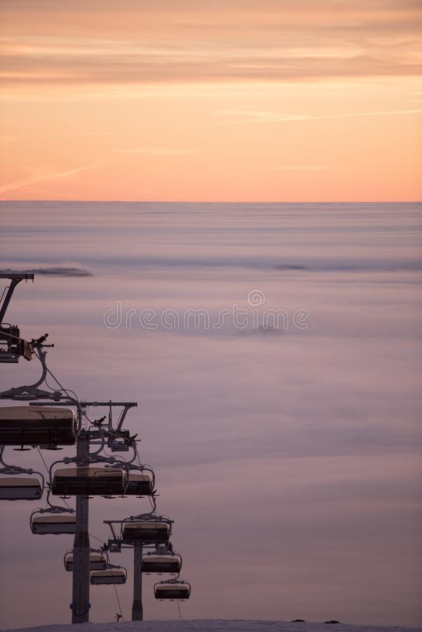 Фуникулярные подъемы/подъемы железной дороги кабеля Розовый заход солнца na górze горы Идет снег совсем вокруг, красота лыжного к стоковая фотография