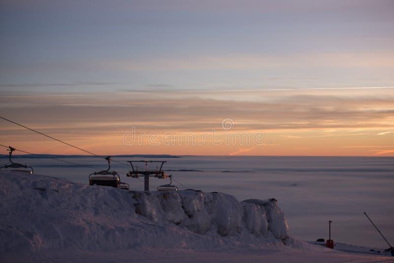 Фуникулярные подъемы/подъемы железной дороги кабеля Розовый заход солнца na górze горы Идет снег совсем вокруг, красота лыжного к стоковые фотографии rf