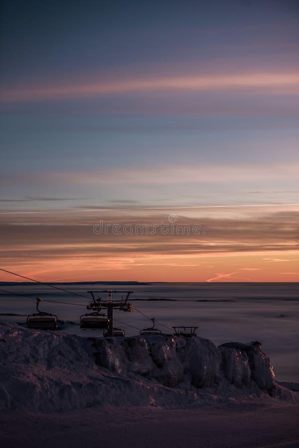 Фуникулярные подъемы/подъемы железной дороги кабеля Розовый заход солнца na górze горы Идет снег совсем вокруг, красота лыжного к стоковое фото rf