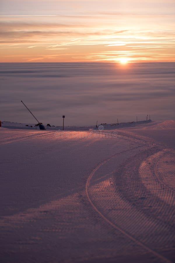Фуникулярные подъемы/подъемы железной дороги кабеля Розовый заход солнца na górze горы Идет снег совсем вокруг, красота лыжного к стоковые изображения rf