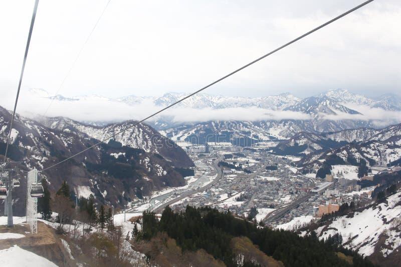 Фуникулер на верхней части крышки горы с снегом в зиме стоковые фото