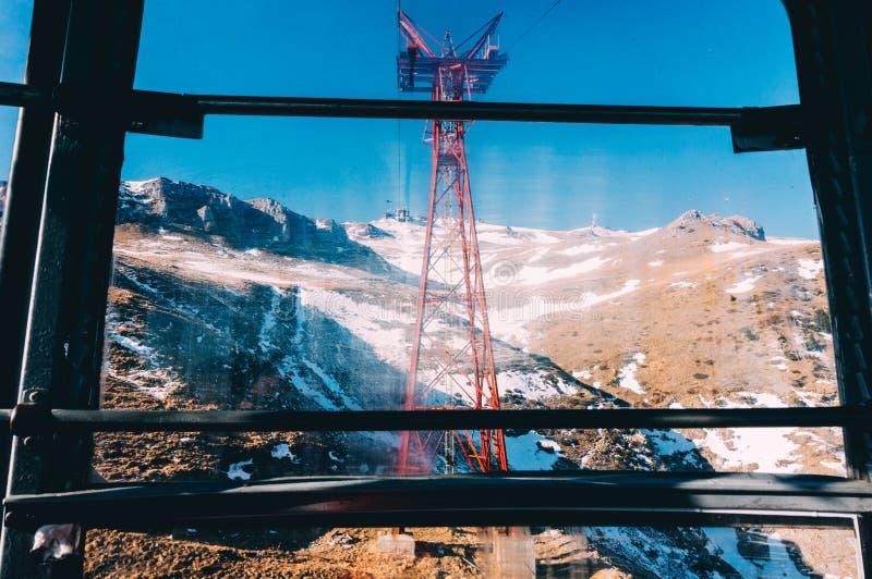 Фуникулер над горами стоковое изображение