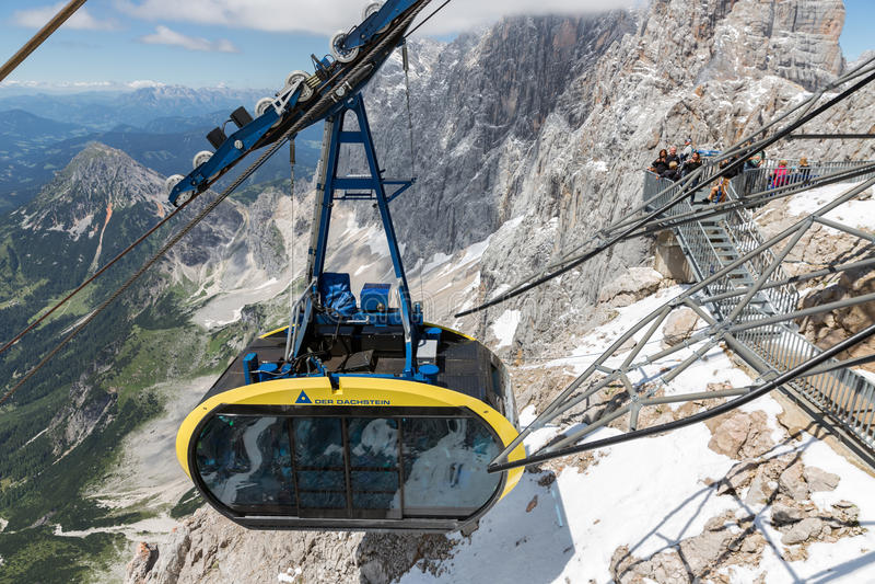 Фуникулер причаливая австрийскому st горы ледника Dachstein стоковые изображения rf