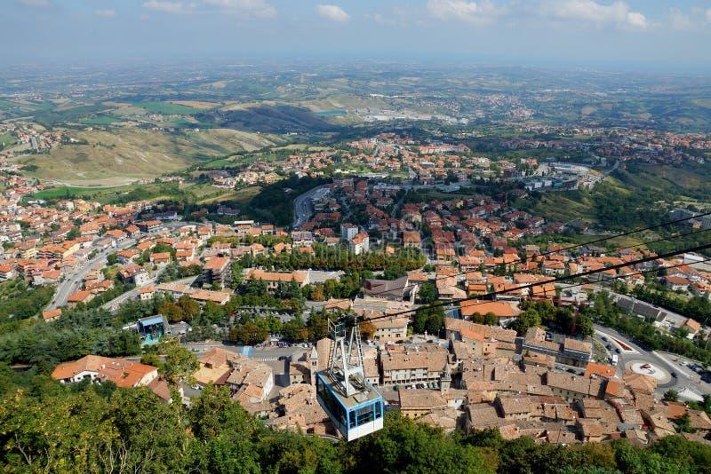 Фуникулярный против панорамы Сан-Марино, Европы стоковое изображение rf