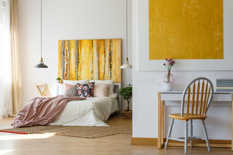 Функциональная спальня и стильное оформление стоковое фото