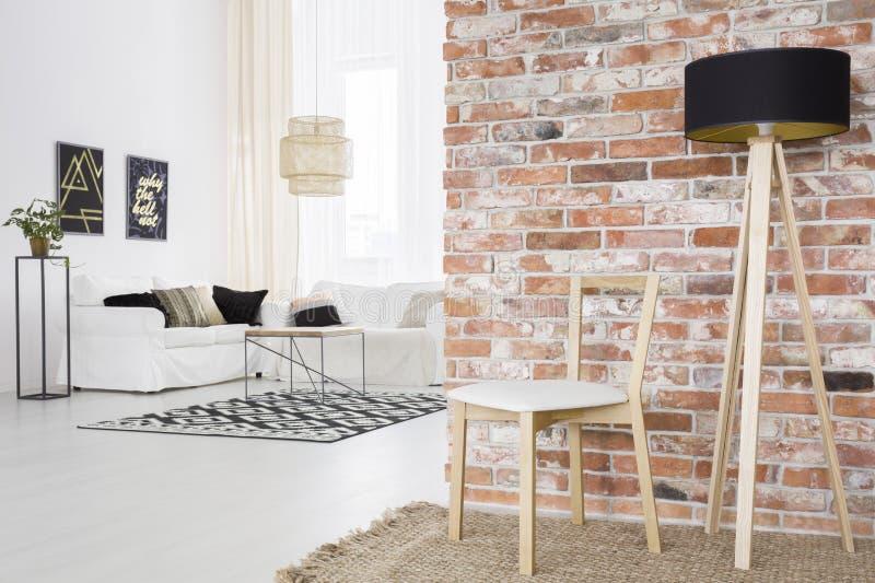Функциональная просторная квартира с кирпичной стеной стоковое изображение