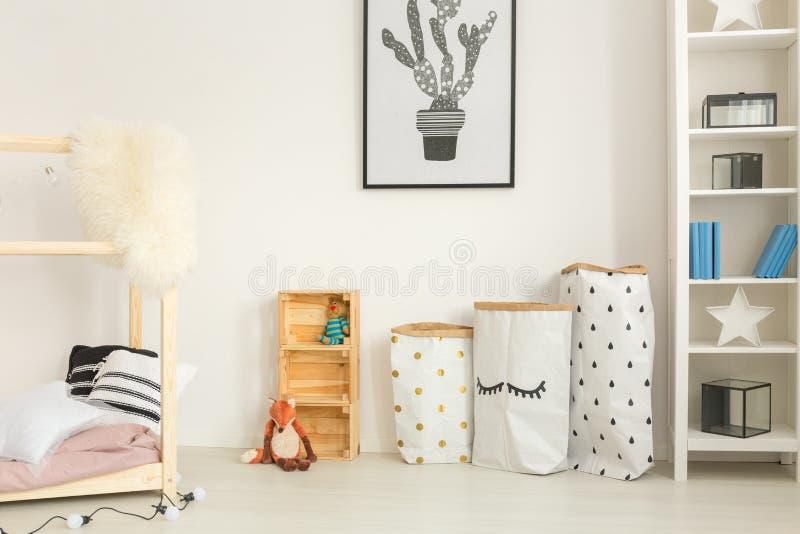 Функциональная, современная спальня ребенка стоковые фото