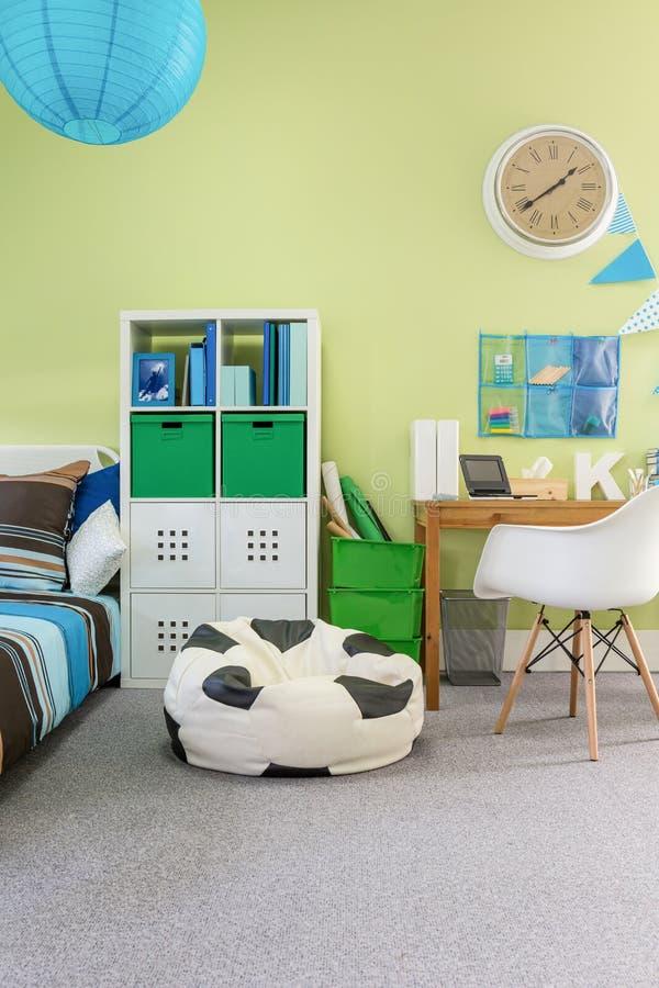 Функциональная уютная комната для школьника стоковые фото