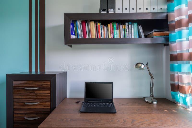 Функциональное и стильное домашнее место для работы стоковое изображение rf