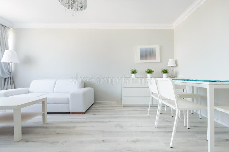 Функциональный интерьер современной квартиры стоковое фото rf