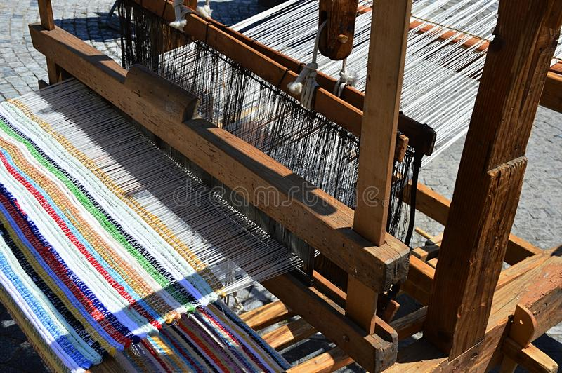 Функциональный исторический деревянный ручной станок сплетя красочную циновку при вертикальные линии показанные на фестивале сред стоковая фотография rf