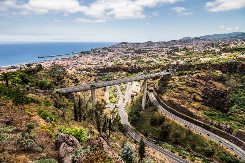 Фуншал, Мадейра - июль 2018 Ландшафт Португалии острова Мадейры типичный, взгляд панорамы города Фуншала от ботанического сада стоковое изображение rf