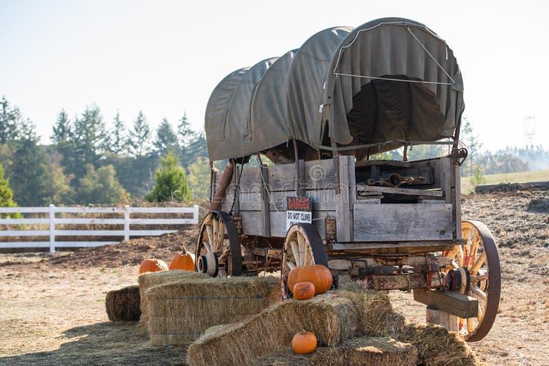 Фура западного стиля ретро на ферме стоковая фотография
