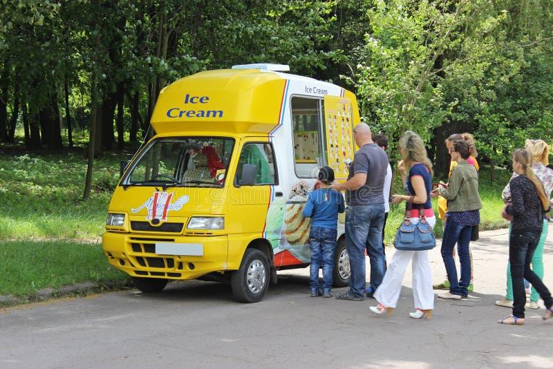 Фургон мороженого и очередь стоковое изображение