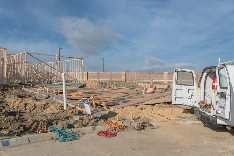 Фургон работы с задней частью открытой и инструментами на строительной площадке стоковое фото rf