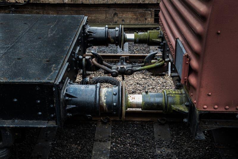 Фуры связи между 2 железнодорожные на железнодорожном пути стоковое фото