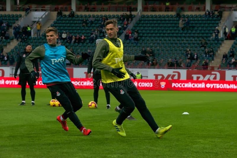Футболисты тренируя перед спичкой стоковое изображение