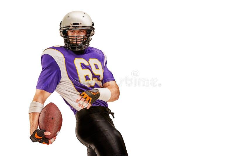 Футболист в действии с шариком в руке изолированной на белой предпосылке стоковые фото