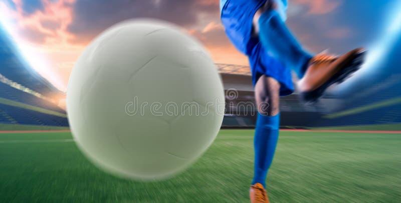 Футболист в шарике пинком действия на стадионе стоковые фотографии rf