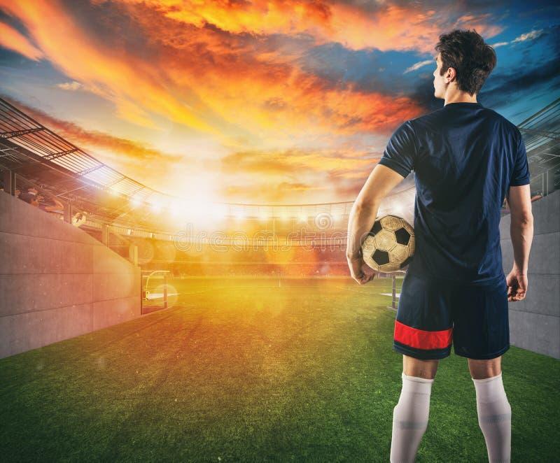 Футболист готовый для игры с шариком в его руках на выходе тоннеля раздевалки стоковые изображения rf