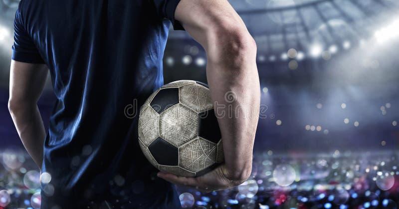 Футболист готовый для игры с soccerball на стадионе стоковое фото rf