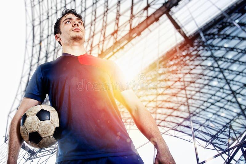 Футболист готовый для игры с soccerball на стадионе стоковая фотография rf