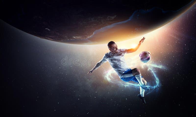 Футболист на стадионе в действии r стоковые фотографии rf