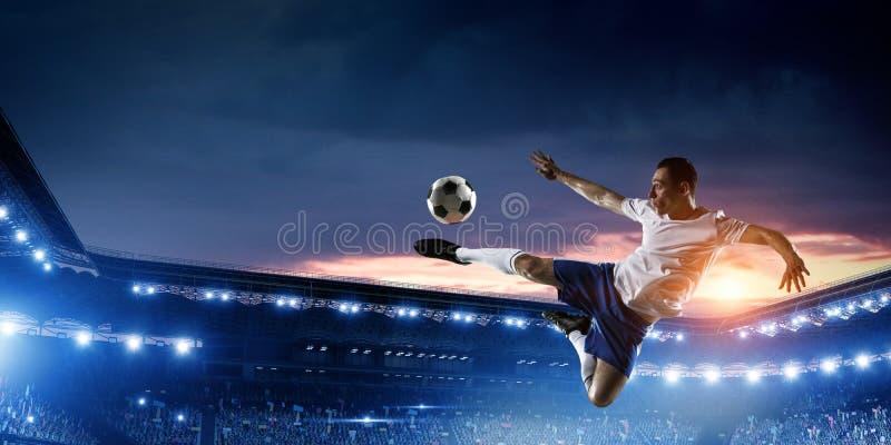 Футболист на стадионе в действии r стоковые фото