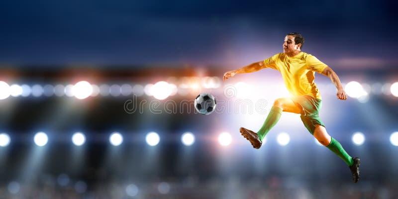 Футболист на стадионе в действии r стоковая фотография rf
