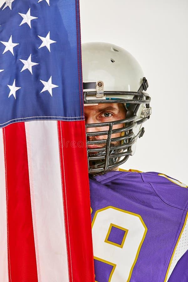 Футболист с формой и американский флаг гордый его страны, на белой предпосылке стоковое изображение rf