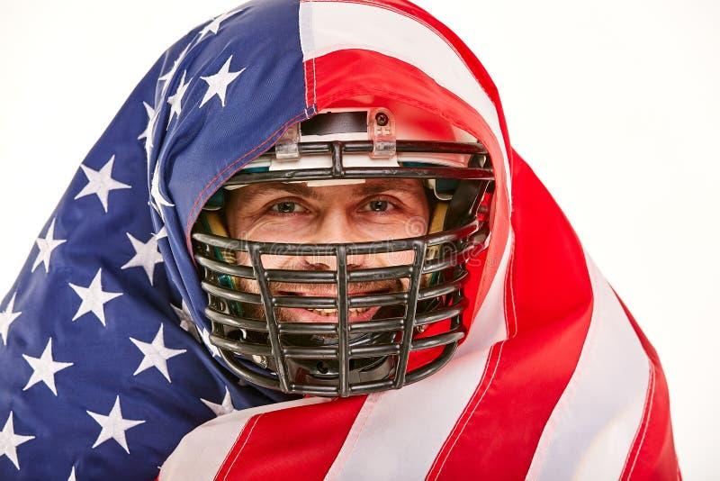Футболист с формой и американский флаг гордый его страны, на белой предпосылке стоковое фото rf