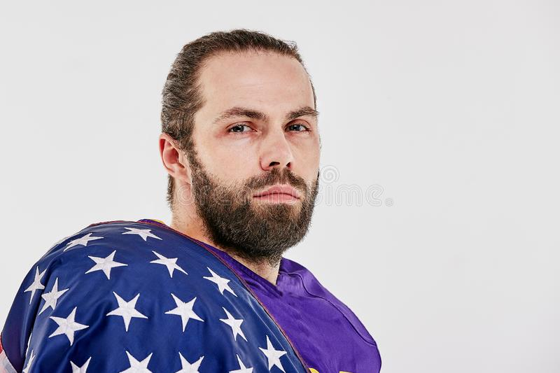 Футболист с формой и американский флаг на его плечах гордых его страны, на белой предпосылке стоковые фотографии rf